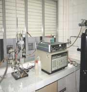 Potenciostato/galvanostato EG&G Princeton Applied Research 273 equipado con electrodos de disco de grafito, electrodo de referencia de calomelanos saturado y electrodo de hilo de Pt.