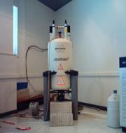 Espectrómetro Bruker DRX500 de 11.74 T (500 MHz resonancia 1 H) e imán apantallado con sonda de detección inversa 1 H/ 13 C/ 15 N ( 5 mm ), sonda de detección inversa 1 H/X multinuclear ( 5 mm ) y dispositivo de enfriamiento con N 2 liquido para experimentos a baja temperatura