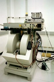 Espectrómetro: Bruker EMX ( banda X ) con accesorios de temperatura variable en los intervalos 450 - 110 K. (N 2 líquido) y 200 - 4 K. (He líquido) y goniómetro para medir espectros de monocristales