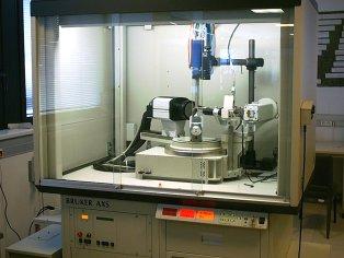 Difracctómetro Bruker Smart CCD-1000 con goniómetro de tres círculos, generador con tubo sellado de 2Kw con ánodo de Mo y accesorio para medidas a baja temperatura.