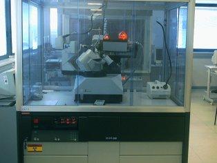 Difractómetro Enraf Nonius MACH3 con goniómetro de cuatro círculos, generador con tubo sellado de 2,2Kw con  ánodo de Cu.