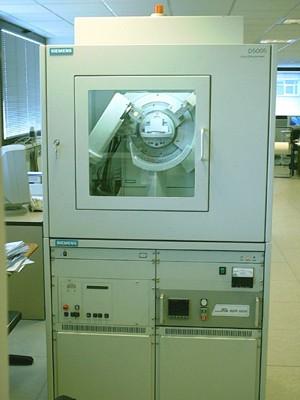 Difractómetro Siemens D5005 con goniómetro de dos círculos theta/2theta, generador con tubo sellado de 3Kw con ánodo de Cu tipo FL Cu 4KE, detector de centelleo tipo AXS F-Nr. J2-394 y cámara de alta temperatura Edmund Bühler
